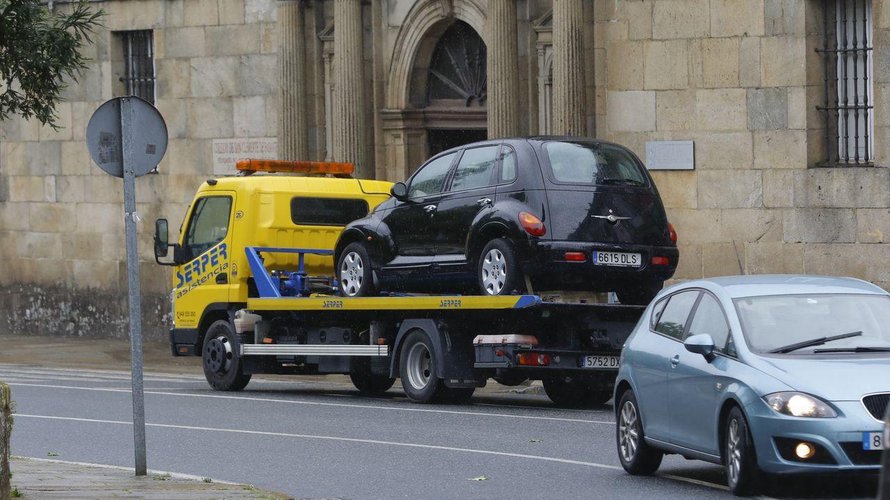 Foto de archivo de vehículos de reparto de mercancías en el centro de Lugo