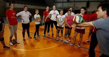 Varias jugadoras de los equipos que juegan estuvieron en una concentración de A Pinguela.