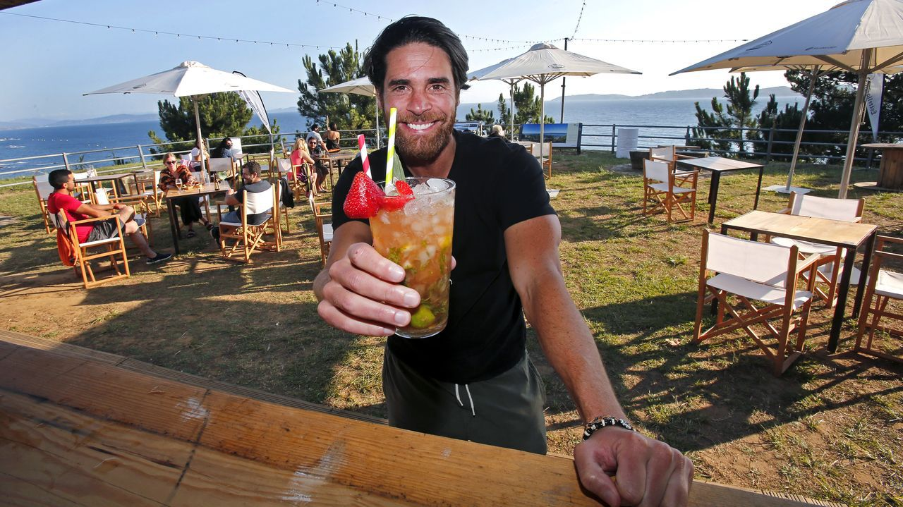 Adrián Castiñeiras, uno de los propietarios del Bico Beach, posa en su local.