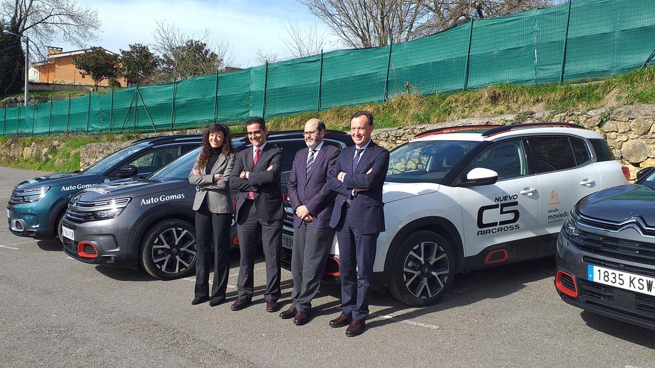 Directivos del grupo automovilístico Blendio junto a vehículos de la nueva gama del C5 Aircross