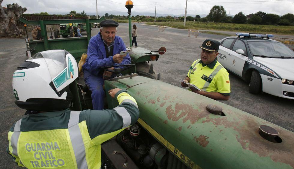 <span lang= es-es >Campaña de prevención</span>. La Guardia Civil ha iniciado en A Limia el reparto de folletos informativos para concienciar a los usuarios de tractores sobre aspectos relacionados con la seguridad.