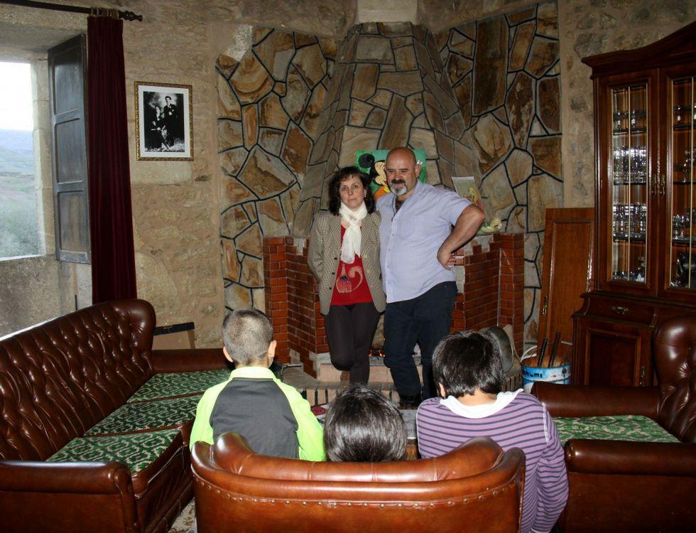 La pareja formada por Conchi Sánchez y Juan Bardanca, en su casa de Viana do Bolo.