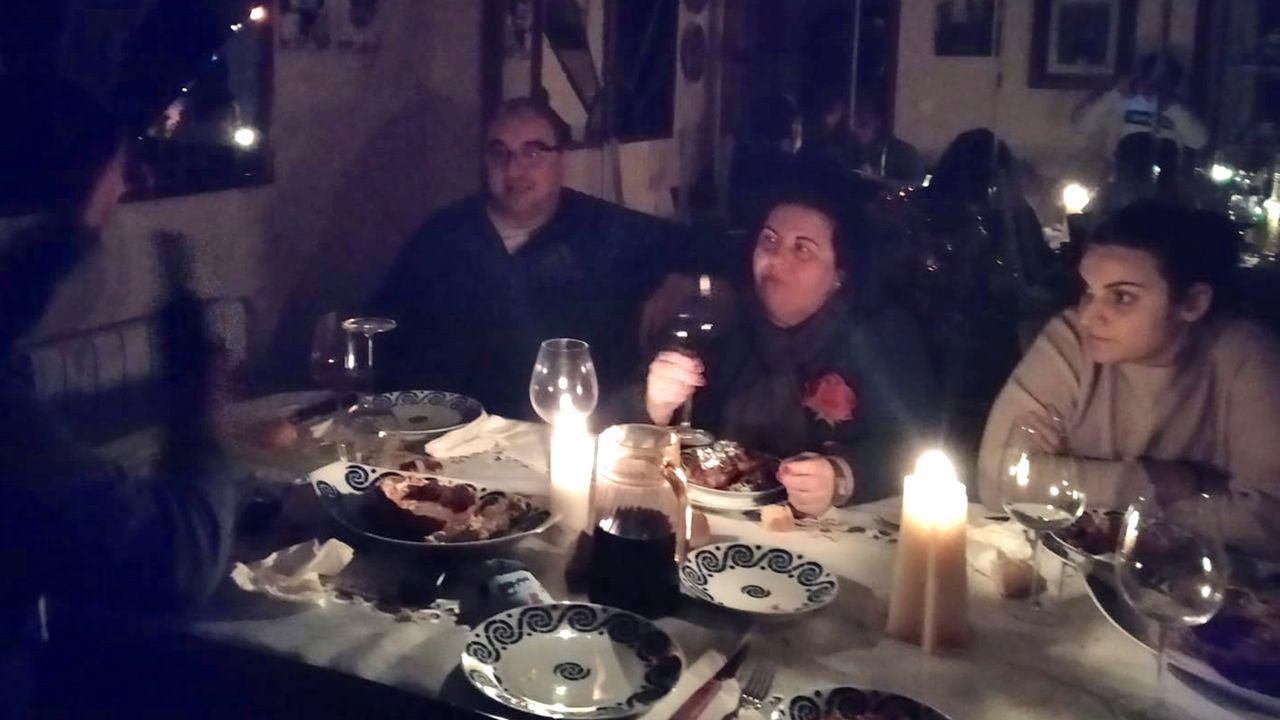 Vecinos de Faxilde celebran la cena de fin de año a la luz de las velas