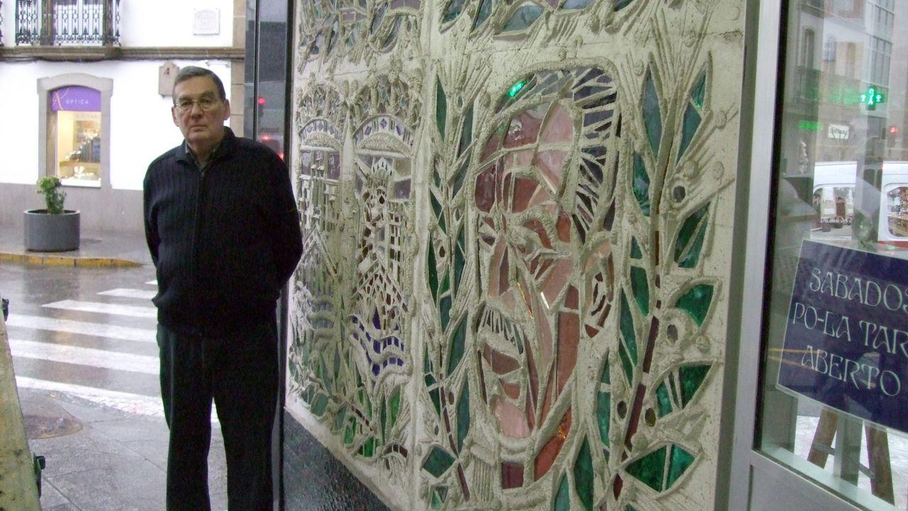 En imagen de archivo, el comerciante Modesto Novo Guerreiro ante la vidriera de Neira Brochs que donó al Concello de Viveiro hace una década