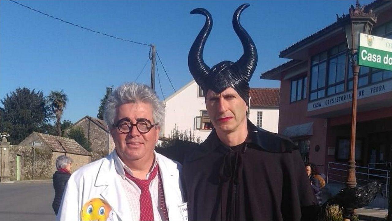 El alcalde de Vedra, Carlos Martínez (PP), disfrazado (de negro).Barcia y Vilaverde, en Melón, disfrutando de un entroido rural auténticamente enxebre