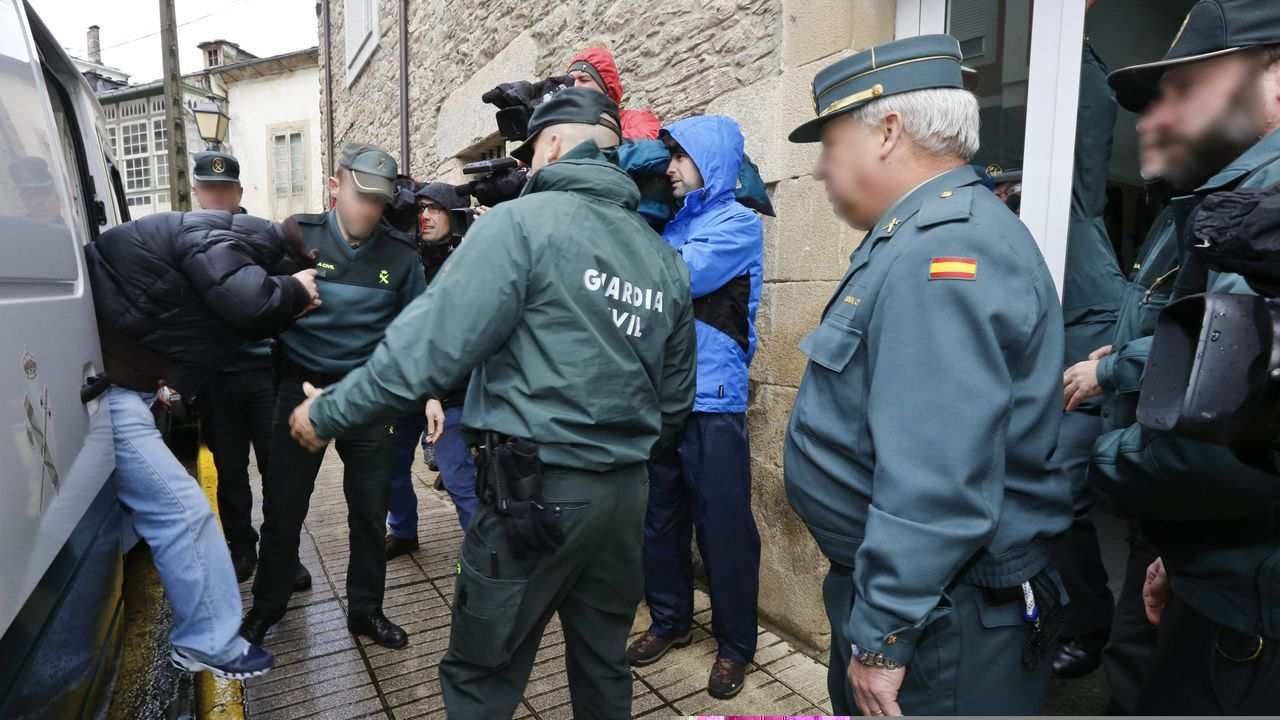 El jurado popular declara culpable de asesinato, malos tratos y amenazas a «O Chamaco».Llegada de «O Chamaco» a la Audiencia de Lugo