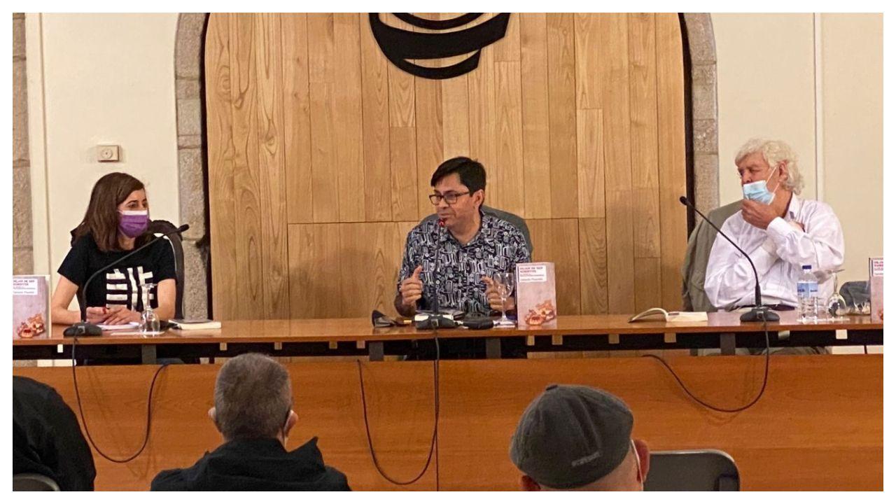 Beiras, a la derecha, este sábado en la presentación del libro de Gerardo Pisarello, en el centro, y Marta Lois, de Compostela Aberta