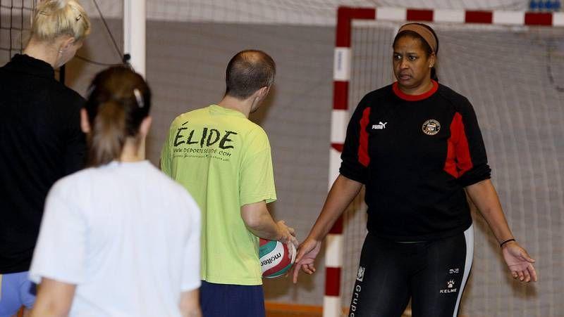 El Clínica Deza pierde en un partido igualado ante el Alcobendas.Didac Villar intenta deshacerse de un jugador del Alcobendas, rival del Teucro en la última jornada.