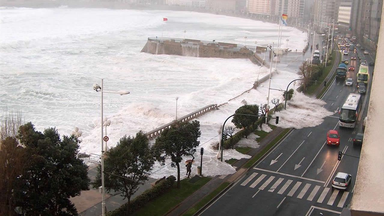 Una ola gigantetraspasa el paseo marítimo de A Coruña en el 2008