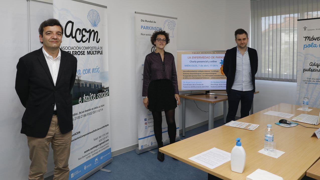Begoña Cerqueiro, presidenta de Apropark, ayuda a una usuaria de párkinson en la sede central de la asociación en Bueu