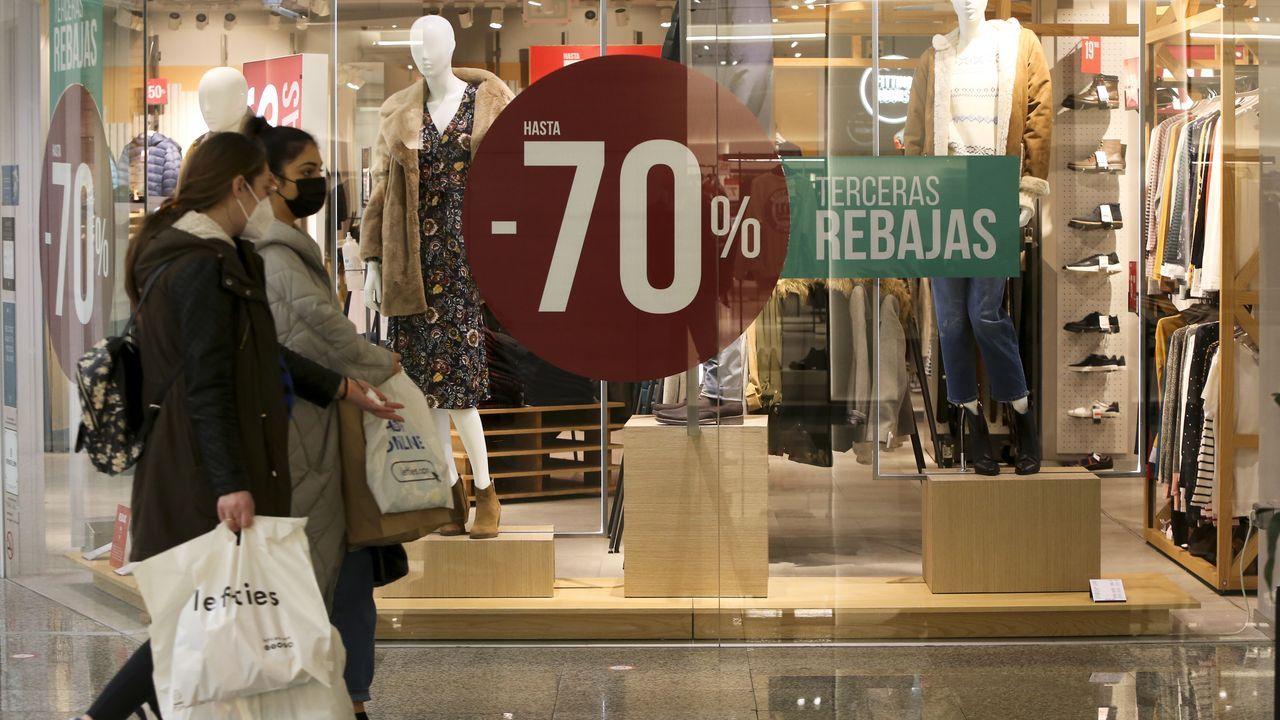 Algunas tiendas, como Springfield, están ya en las terceras rebajas y ofrecen descuentos de hasta el 70%