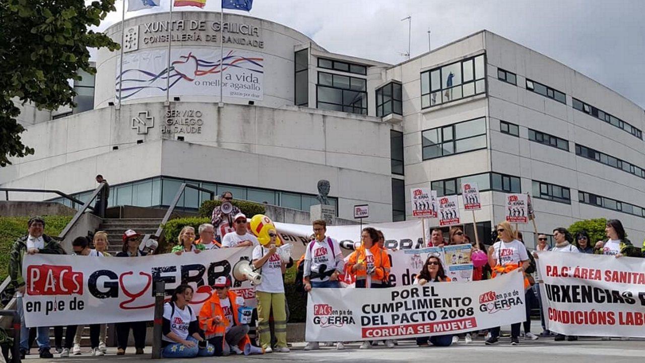 Personal de los PAC protesta ante la sede del Sergas en Santiago