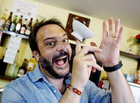 Roberto fai malabarismos cunha cunca de ribeiro nunha clásica tasca de Compostela.