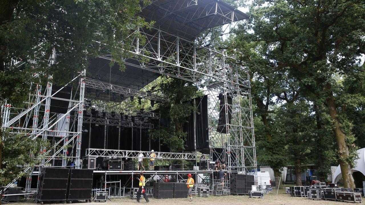 Montaje del escenario de PortAmérica en la carballeira de Caldas en el 2017