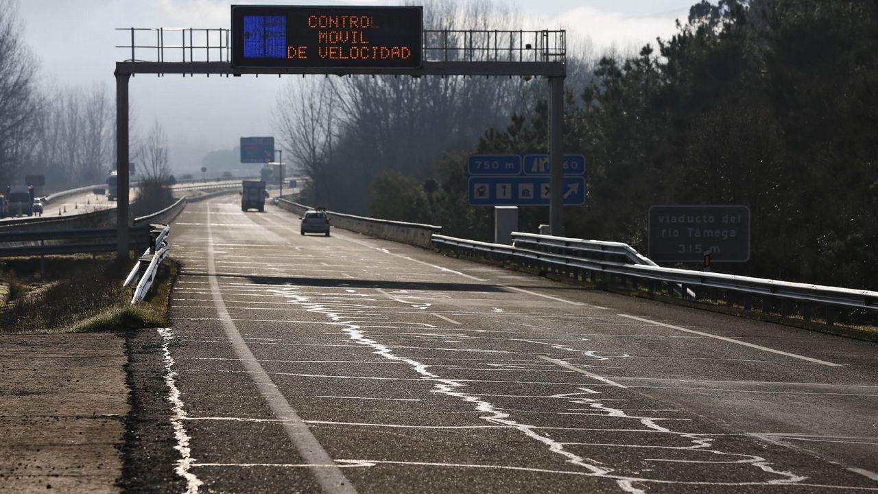 En el valle de Monterrei, hay constantes soldaduras para evitar las grietas en el asfalto