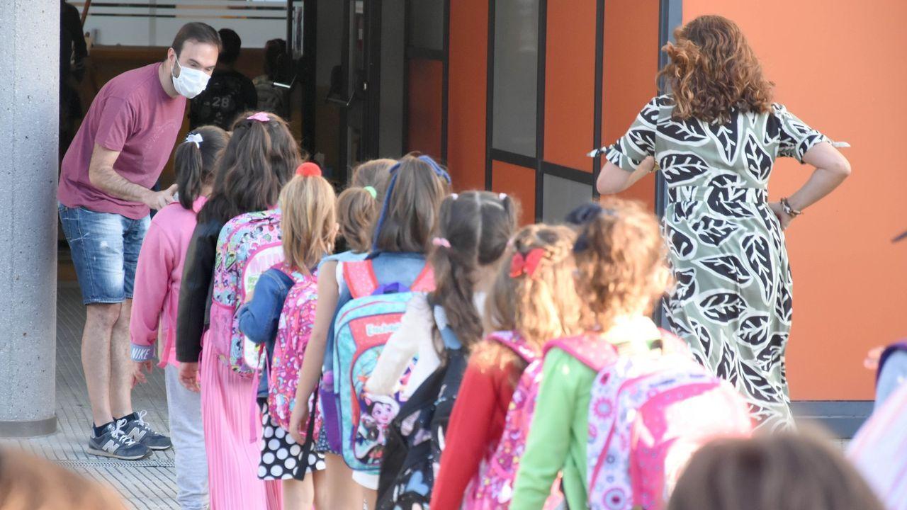 Alumnos entrando a un colegio de Lalín en septiembre