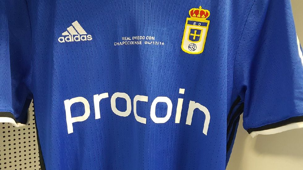 La camiseta del Oviedo con una cita en honor a los miembros del Chapecoense fallecidos esta semana