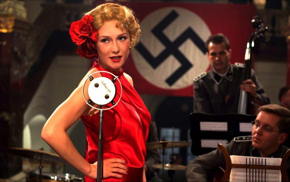 En «El libro negro» una joven judía se infiltra entre los nazis para liberar a unos partisanos.
