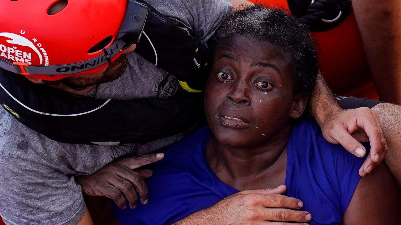 El viaje de la futura doctora Salla de Senegal a un quirófano vigués.Una socorrista intenta calmar a Josepha, traumatizada después de 48 horas a la deriva