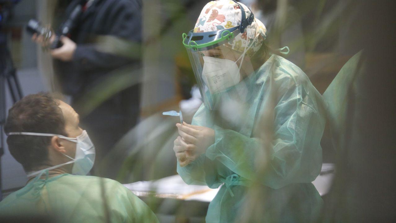 Entre la primera y la segunda dosis de la vacuna de Pfizer tienen que pasar 21 días. En la imagen, trabajadores de la residencia Porta do Camiño de Santiago reciben la segunda dosis de la vacuna
