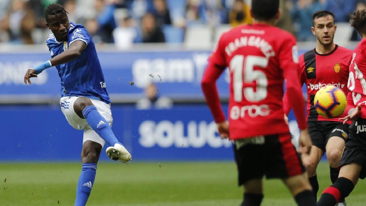 Ibra golpea un balón en el Oviedo-Mallorca