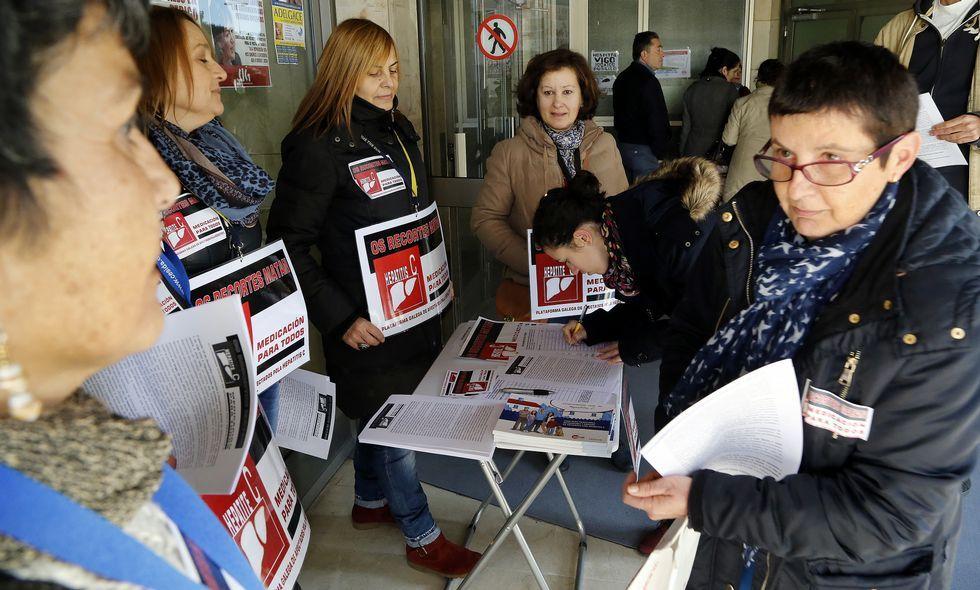 <span lang= es-es >Protestas en Santiago y Vigo</span>. La <span lang= gl >Plataforma Galega de Afectados pola Hepatite C </span>organizó sendas recogidas de firmas en los hospitales de Santiago y Vigo (en la imagen) dentro de la campaña estatal que están llevando a cabo los enfermos para que el tratamiento se extienda a todos los casos.
