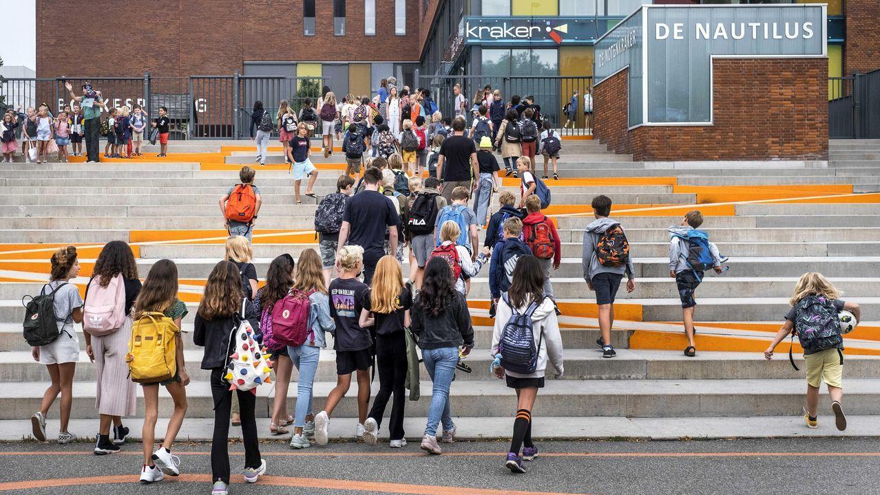 Niños llegando a clase en la apertura del curso este lunes en Amsterdam