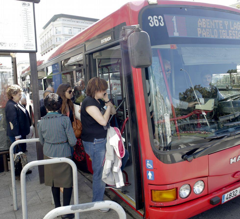 Un bus recogiendo pasajeros durante la última huelga.