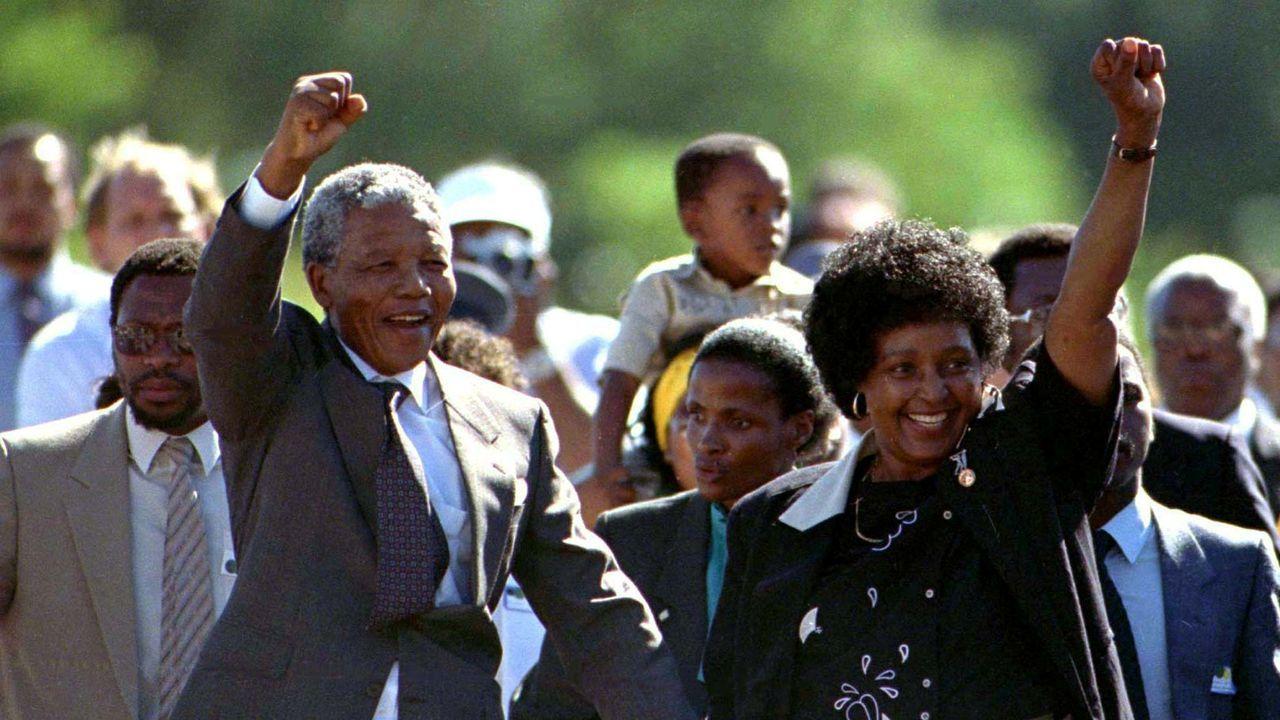 El 11 de febrero de 1990, Mandela fue recibido por una muchedumbre a su salida de prisión
