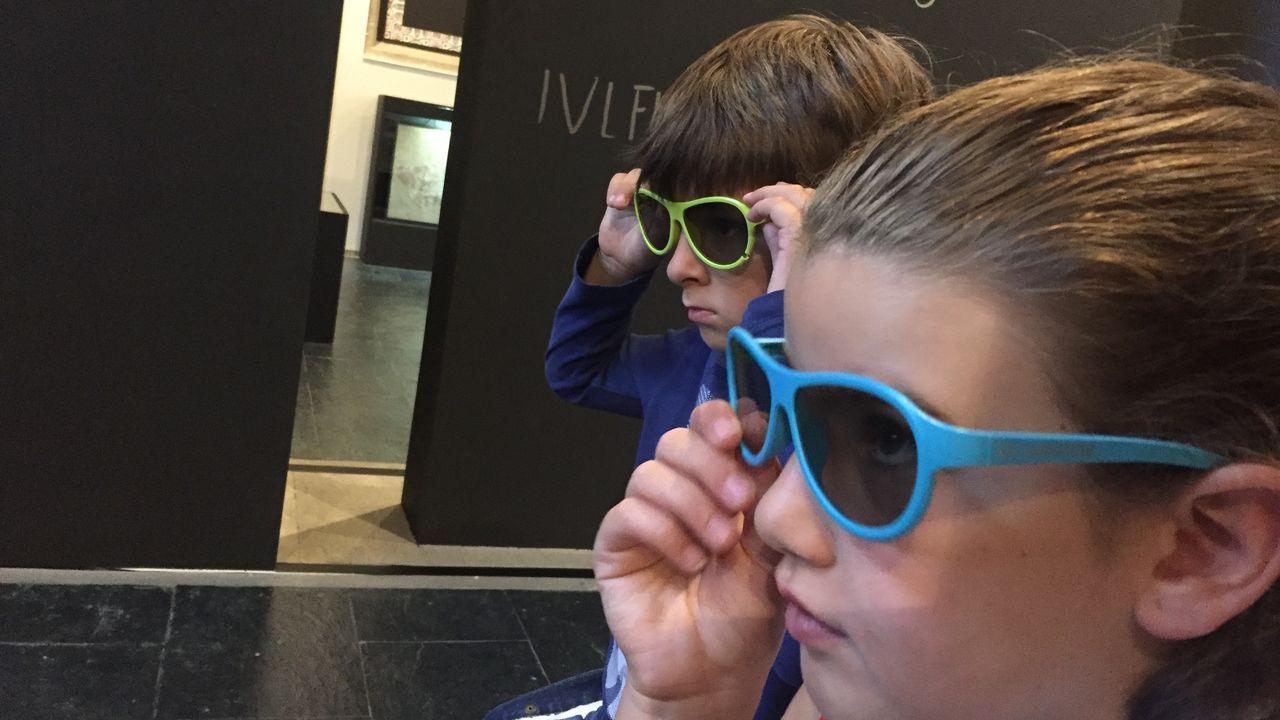 adrian.Gafas 3D en la sala romana de Porta Miñá. Los visitantes, especialmente los niños, disfrutan de otra manera de acercarse a las piezas romanas con el uso de unas gafas para ver el museo de otra manera.