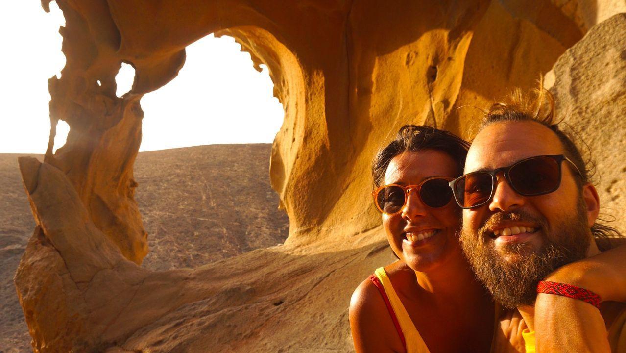 La pareja, él gallego y ella portuguesa, en el Arco de las Peñitas, en Fuerteventura