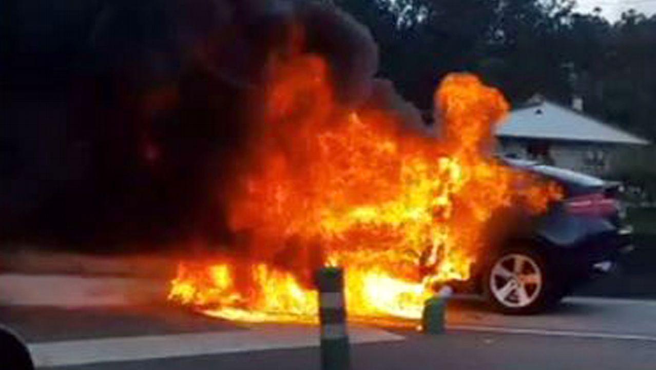 Coche ardiendo en la autovía A55 en Puxeiros.Detalle do proxecto residencial en Compostela 13 Rosas, premiado polo Coag na categoría de vivenda