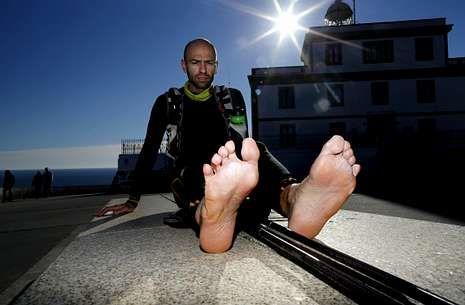 Quim Navarro, Steelman X, llegó ayer a Fisterra, donde enseñó sus sufridos pies tras el gran reto.