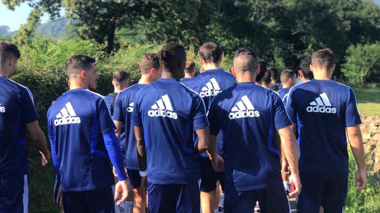 Los jugadores del Real Oviedo en las afueras de El Requexón