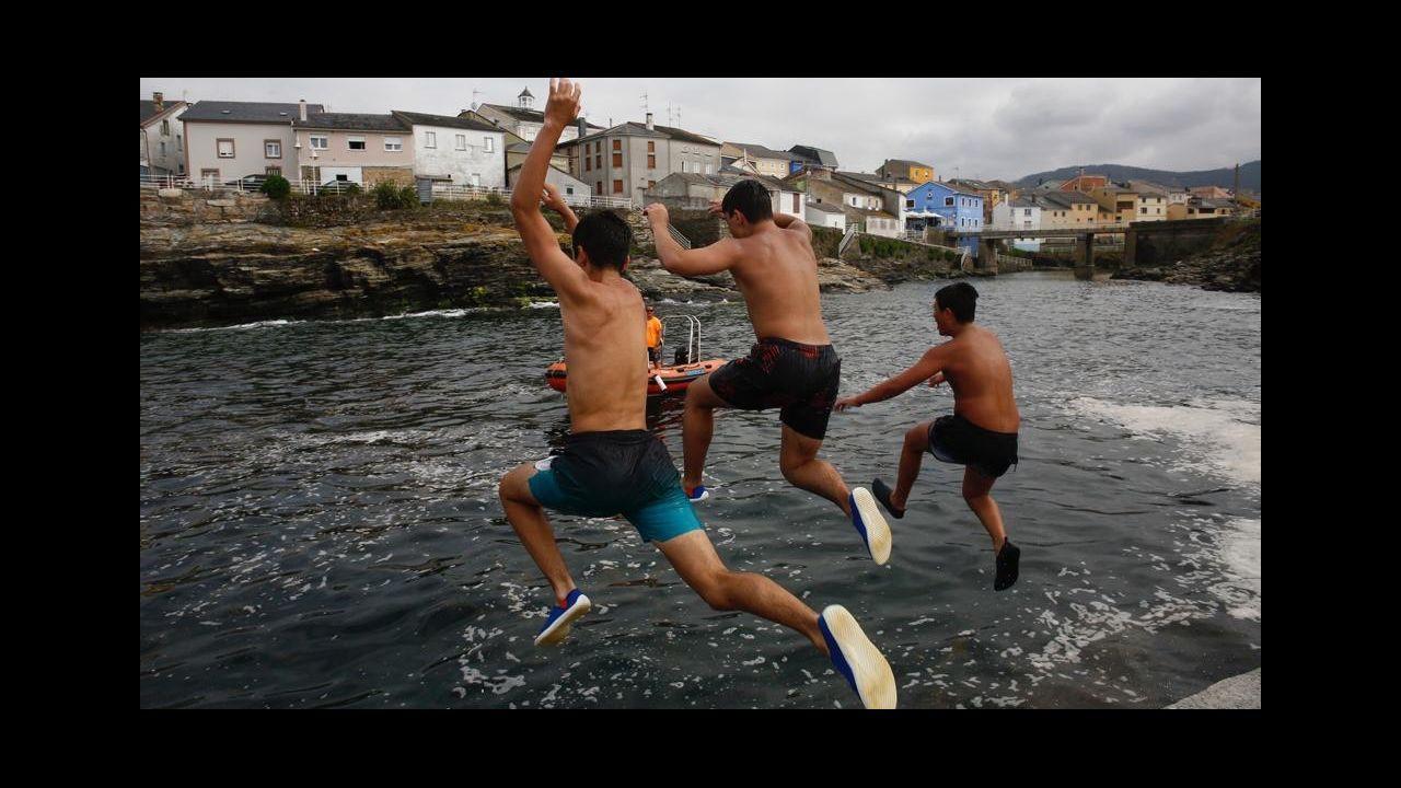 Vídeo deun tiburón nadando a pie de playa en Fontela, Barreiros.Imagen del estacionamiento de vehículos de la playa de Doniños, en el que los vehículos solo podrán aparcar seis horas al día