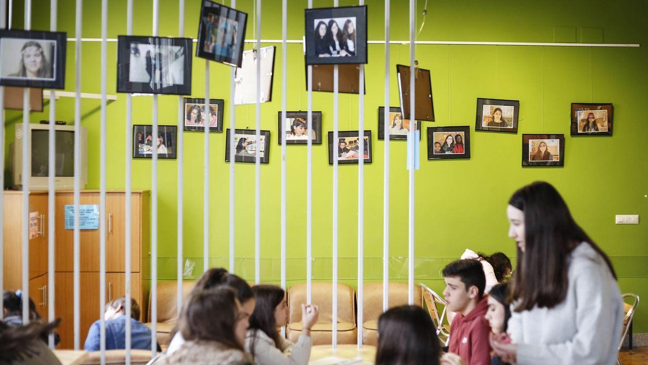 La exposición fotográfica «Mulleres de Amencer» está en la sala de los 15 años de la asociación.