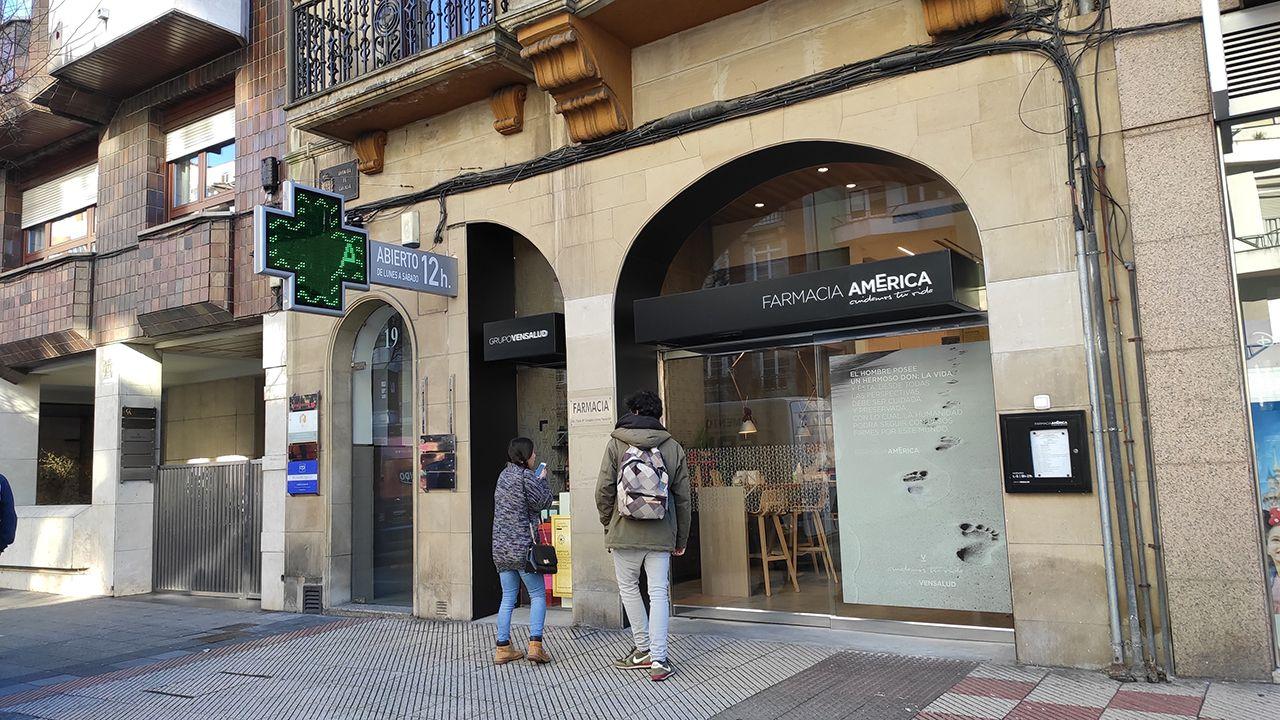 Crisis sanitaria del coronavirus Covid-19 protección civil felicita por el cumpleaños. Farmacia en Oviedo.