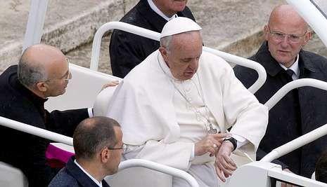 El papa, consultando su reloj, tras la celebración ayer de la Jornada de las Hermandades.