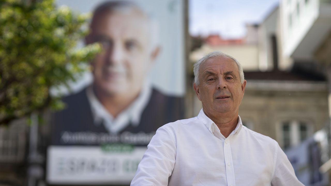Pachi Vázquez, ante el cartel electoral del partido con el que se presentó a la alcaldía de O Carballiño en el año 2019, Espazo Común