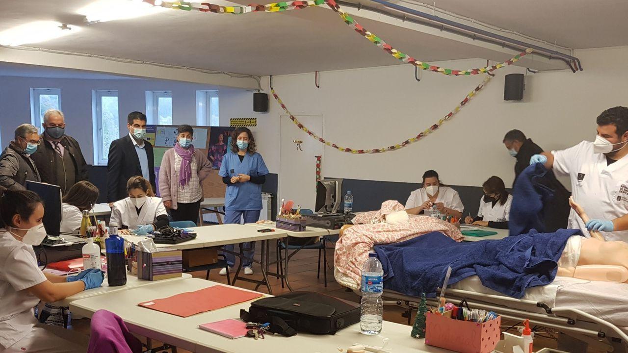 Eva González enseña su belén en Vilanova dos Infantes.La campaña de vacunación continúa hoy