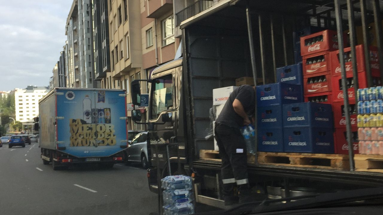 Doble fila por carga y descarga en la avenida de Monelos
