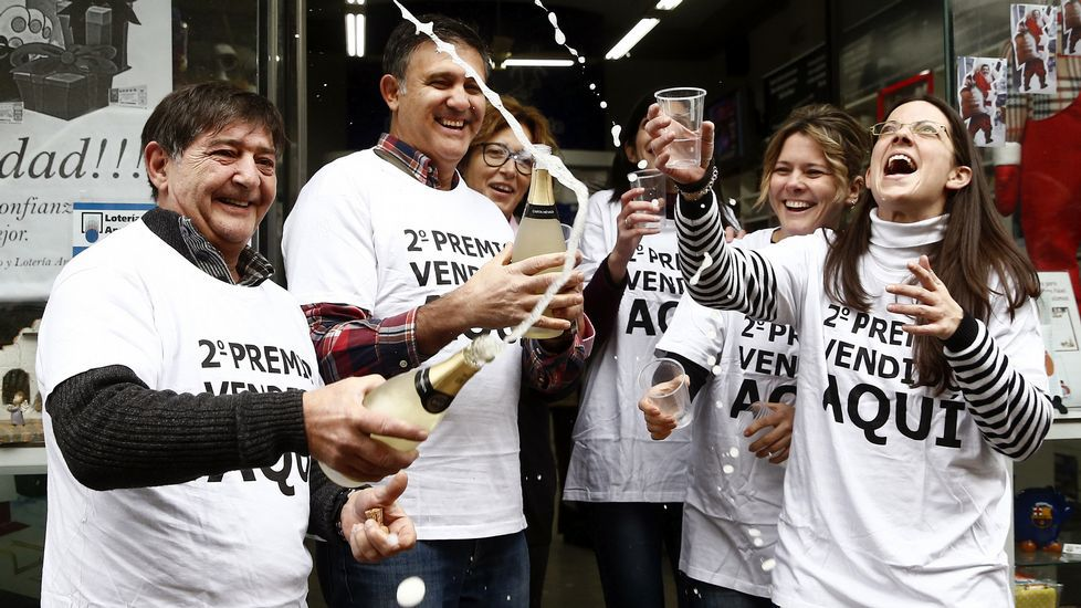 Trabajadores de la administracion de lotería de la calle Amaya de Pamplona celebran la venta del numero 04.536, segundo premio