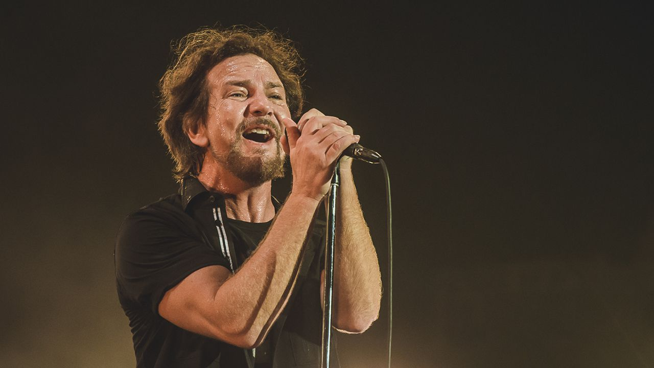 Eddie Vedder va con Pearl Jam en 2018 a festivales como Pinkpop (Holanda), I-Days (Italia), Rock Werchter (Bélgica) y NOS Alive (Portugal)