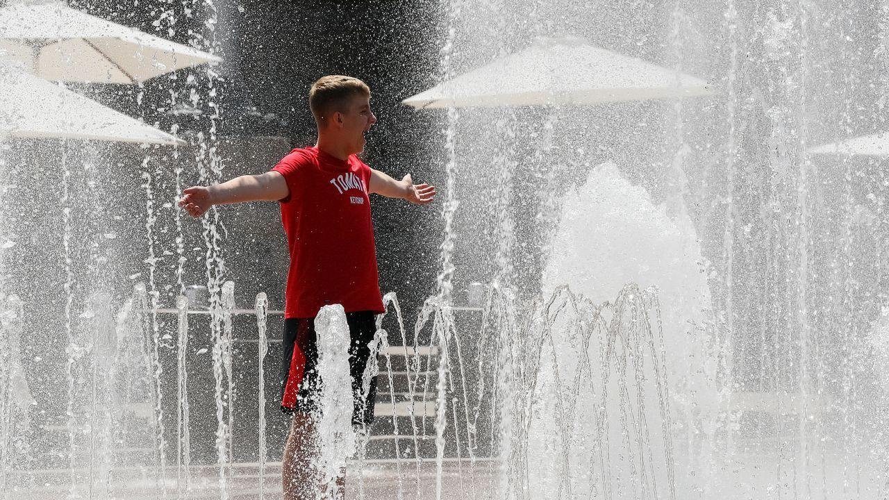 Un hombre se refresca en Kiev, Ucrania