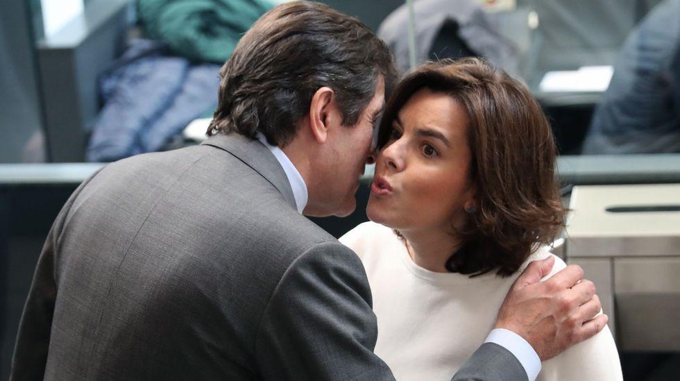La vicepresidenta del Gobierno, Soraya Sáenz de Santamaría, saluda al presidente de la Gestora socialista, Javier Fernández.
