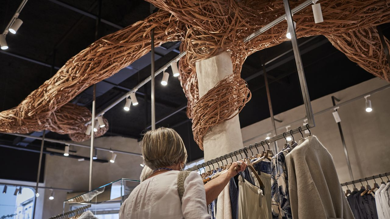 Así son las nuevas tiendas de Adolfo Domínguez.Coches de Stellantis en el puerto de Vigo