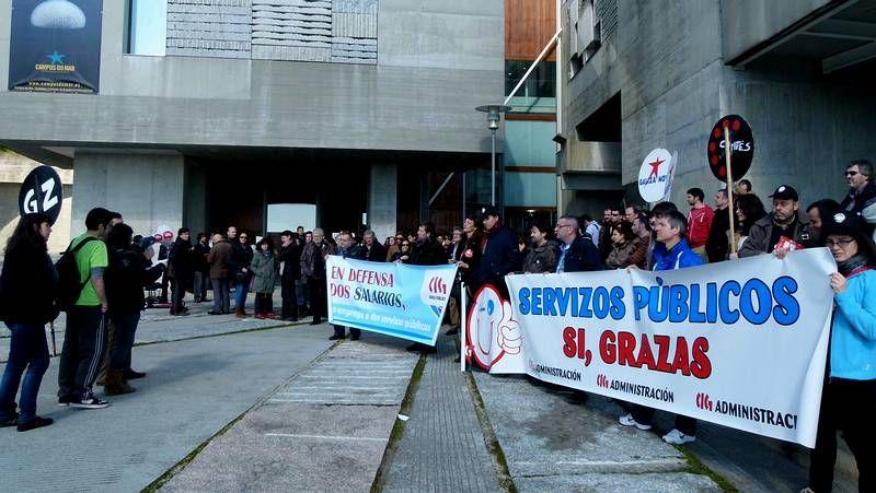 La presidenta del Parlamento gallego inauguró la exposición «Arquitectura do Parlamento de Galicia».