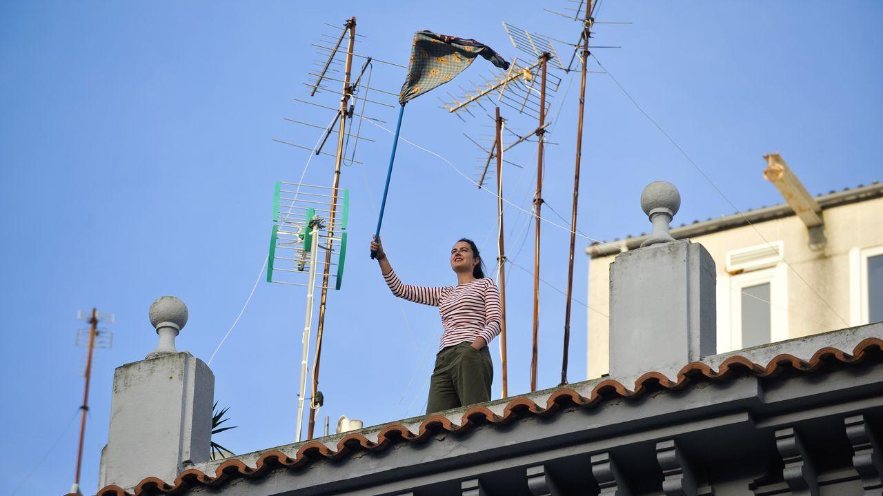 La Galicia confinada a través de sus ventanas.Imagen de la estatua de la plaza de Santa Ana, en Madrid