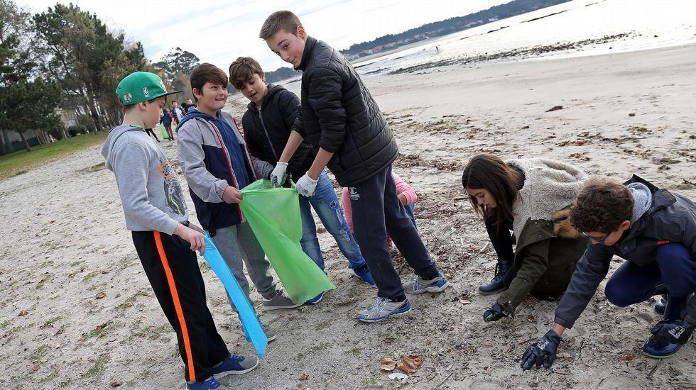 Limpieza en la playa de Barraña a cargo de 50 escolares dirigidas por el GALP Ría de Arousa