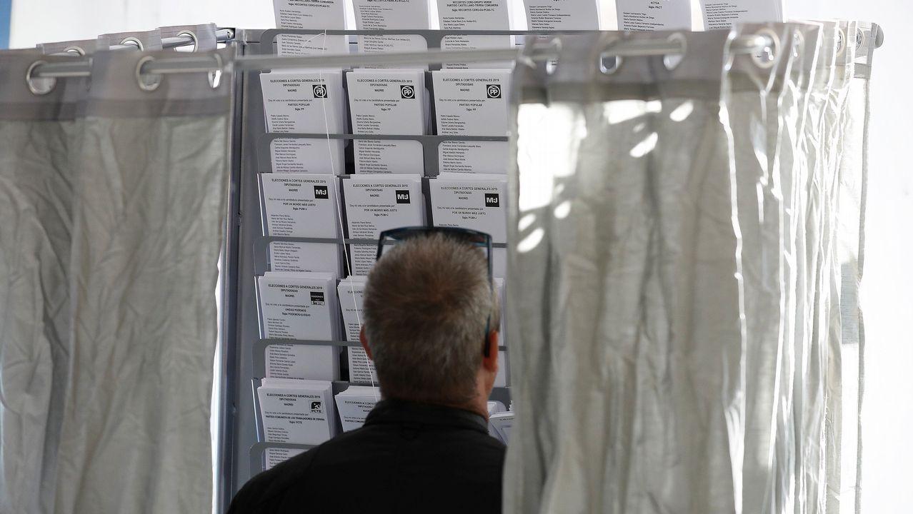 Carbón en la playa de San Lorenzo, Gijón.Un elector elige sus papeletas para las generales de 2019